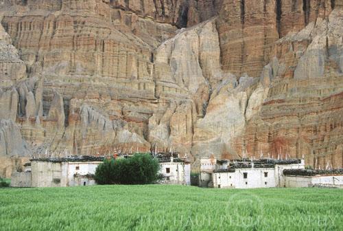 Krajolik je na mjestima spektakularan, posebno u blizini sela Chhuksang (2980 m) u Gornjem Mustangu gdje erozijom oblikovane stijene nalikuju ogromnim orguljama.