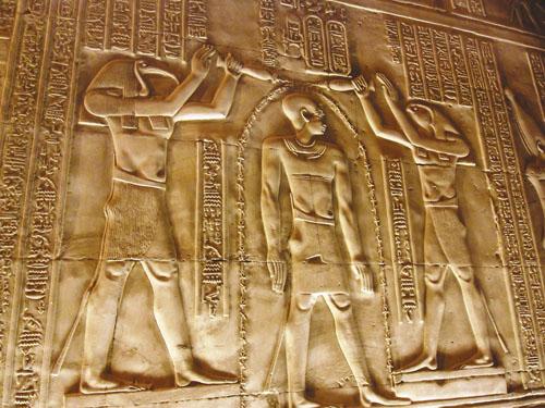 Faraon između Horusa i Thota. Prikaz poznat i pod nazivom Inicijacija.
