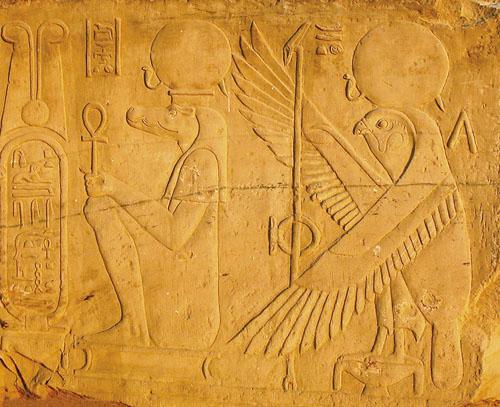 Ploča smještena na ulazu u hram s prikazom Horusa Starijeg i Sobeka-Ra.