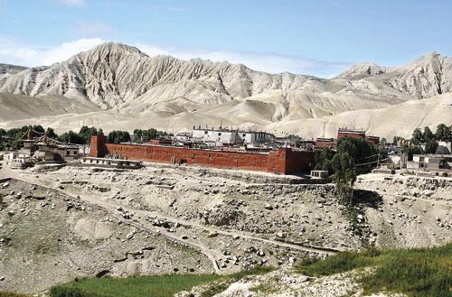 Prijestolnica Lo Manthang opasana je s dva metra visokim zidom podignutim u XV. stoljeću. Prema posljednjem popisu stanovništva iz 1991. godine broji svega 876 stanovnika. Posljednjih se godina obnavlja zahvaljujući stranim donacijama.