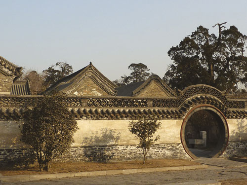 MENCIJE_Mansion-walls-P1050956