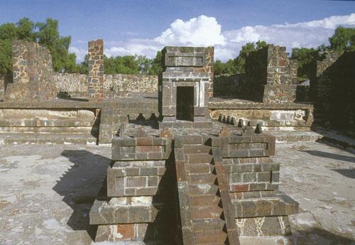 """Oltar za vatru u otvorenom dvorištu - Više obitelji živjelo je u jednokatnim zgradama koje su bile povezane otvorenim dvorištem u kojemu se stalno održavala upaljena vatra. Sam oltar je imao oblik hrama s tipičnim teotihuacanskim arhitektonskim stilom """"talud-tablero""""."""