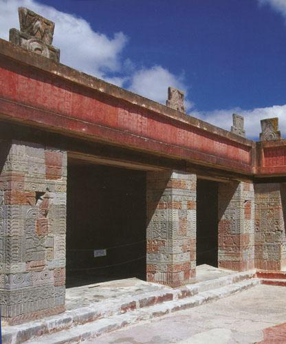 Palača Quetzalpapalotla - Kameni stupovi atrija palače Quetzalpapalotla prikazuju samog boga zaštitnika, te simbole zvijezda i školjki koji predstavljaju ideje prostora i vremena. Vidljivi su tragovi boja, a na ponekim se stupovima još uvijek nalaze inkrustrirane oči od opsidijana.  Neposredno prije kraja, ova je palača pretrpjela požar i stoljećima je stajala u ruševinama, a restaurirana je sredinom XX. stoljeća.
