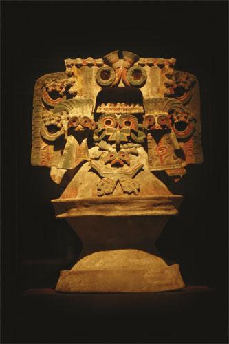 Obredna žara - Ova terakotna obredna posuda predstavlja razigrani model hrama ukrašen prikazima Quetzalpapalotla.