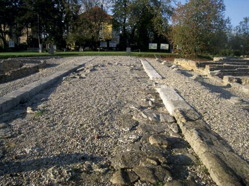 Andautonijske rimske ceste građene su od nekoliko slojeva. Najdublji sloj se sastojao od krupnijih komada kamena, dok je u srednjem sloju bio mekši materijal poput šljunka ili pijeska. Prema površini kolnika komadi su bili sve sitniji, a završni sloj popločen kamenim pločama. Slojevi su bili vezani vapnenom žbukom ili rimskim cementom kojeg su dobivali od sitnog pijeska, drobljene cigle i živog vapna pomiješanih s vodom.