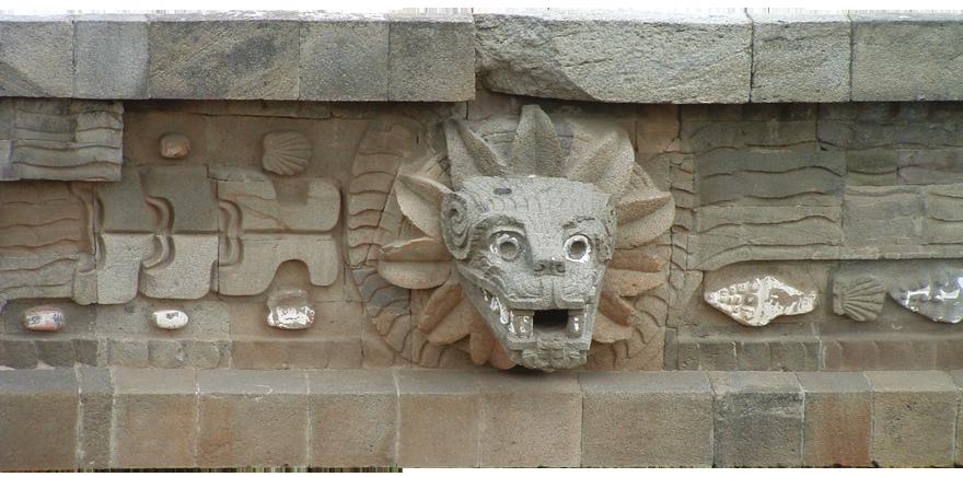 Detalj fasade piramide Quetzalcoatla - Jedan od najvažnijih božanskih simbola Teotihuacana je Quetzalcoatl – Pernata zmija. Iako je Quetzalcoatl sveprisutan u Srednjoj Americi, ovdje su osim udruženih simbola ptice i zmije, neba i zemlje, vidljivo naglašene i karakteristike jaguara kao snage koja ih može povezati jer personificira svjetlo u tami.