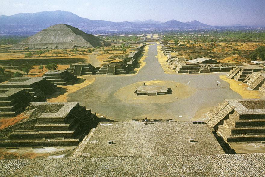 Pogled s Mjesečeve piramide na Put mrtvih i Sunčevu piramidu - Sunčeva piramida je najveća građevina Teotihuacana. Osnovica joj je gotovo jednaka kao i kod tzv. Keopsove piramide, iako je dvostruko niža od nje. Prema legendi podignuta je iznad tajanstvene pećine do koje vodi stepenište dugo stotinjak metara, na mjestu gdje je gorjela lomača u kojoj su se žrtvovali bogovi prije početka Petog doba. Izgrađena je u pet nivoa, a na vrhu se nekada nalazio hram posvećen kultu vatre.  Put mrtvih je naziv koji su Azteci dali za glavnu os grada dugu oko dva i pol kilometra uzduž koje se nižu hramovi. Azteci su govorili da se ovdje nalaze grobnice drevnih kraljeva Teotihuacána, međutim, one nikada nisu pronađene. Put mrtvih je za njih imao i simboličko značenje nadilaženja prolaznog svijeta kako bi se dostigle nevidljive dimenzije vječnosti…