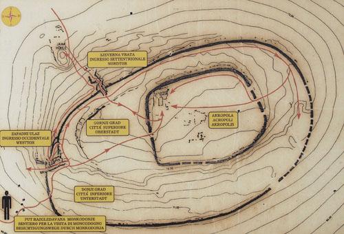 Plan Monkodonje, brončanodobna utvrda iz perioda 1800. - 1200. g. pr.Kr. Izvor: Edukativna ploča na lokalitetu.