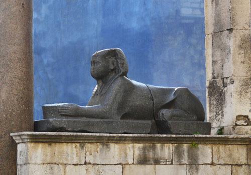 Sfinga iz doba faraona Tuthmozisa III. Danas se nalazi na Peristilu u Splitu.