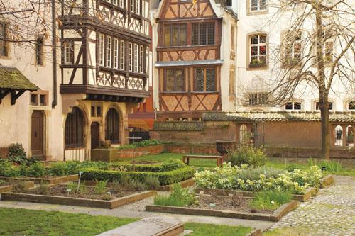 Uz Musée de l'Oeuvre de Notre Dame u Strasbourgu, muzej posvećen srednjovjekovnoj umjetnosti, podignut je 1931. godine vrt po uzoru na srednjovjekovni vrt travâ s devet kvadratičnih gredica za biljke.