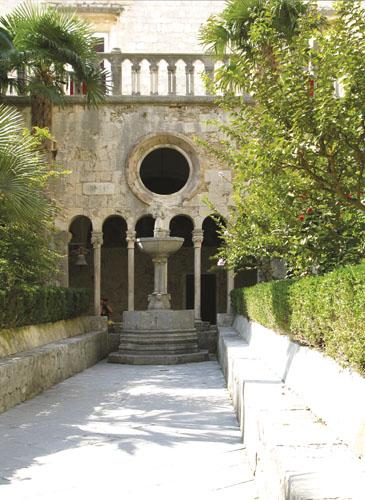 Franjevački samostan Male braće u Dubrovniku ima jedan od najljepših klaustara na našim prostorima. Sam klaustar podignut je u prijelaznom romaničko-gotičkom stilu, s trijemom sa stupovima koji zatvaraju središnji, vrlo jednostavno uređen četverokutni prostor. Ovaj je prostor podijeljen stazom na kojoj se nalazi i česma iz XV. stoljeća na dvije zelene površine zasađene travom, mediteranskim drvećem i ukrasnim grmljem. Danas se uz klaustar nalazi muzej s inventarom stare apoteke Male braće iz 1317. godine.