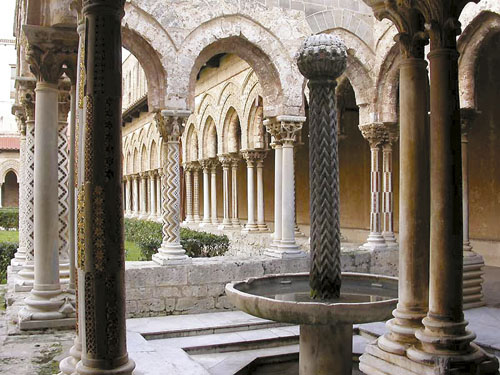 Gradnja katedrale i klaustra započeta je 1172. godine tijekom vladavine normanskog kralja Williama II. i završena je za samo osam godina. Njezin je klaustar jedan od najljepših i najbolje sačuvanih u Europi, a u njegovom arhitektonskom oblikovanju vidljivi su i orijentalni utjecaji.