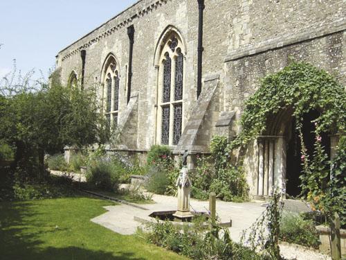 Vrt kraljice Eleanor, uz Veliku dvoranu dvorca u Winchesteru u Velikoj Britaniji uređen je 1986. godine  po uzoru na srednjovjekovne vrtove.