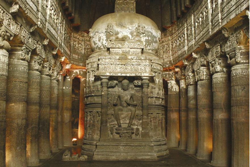Velika dvorana sa stupom u pećini 26, sagrađena u stilu Gupta krajem V. stoljeća. Vidi se svod i bogato ukrašeni stupovi koji odvajaju središnji brod od bočnih. Na stupi se nalazi prikaz Buddhe na prijestolju u obliku lava, s rukama u položaju vitarka mudre.