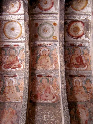 Pećina 10 nastala je u II. st. pr.Kr. i najstarija je u Ajanti. Dimenzija je 30,5 x 12,2 m i sastoji se od velike središnje dvorane odvojene od bočnih lađa nizom od po 39 oktogonalnih stupova. Unutrašnjost je bogato oslikana zidnim slikama od kojih dio potječe iz razdoblja gradnje, a dio je nastao od IV. - VI. st. Iz prvog razdoblja identificirane su dvije jatake - Shama jataka i Chhaddanta jataka, dok se na slikama iz kasnijeg razdoblja uglavnom nalaze različiti prikazi Buddhe.