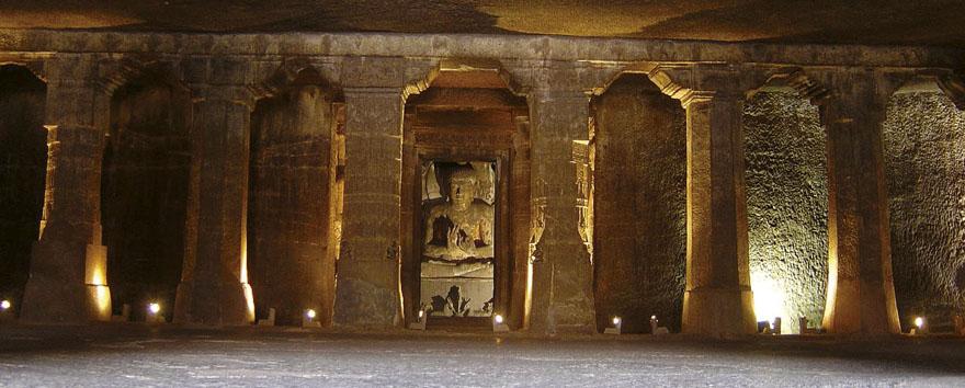 Pećina 4 nastala u prvoj polovici VI. st. najveća je vihara u Ajanti. Od nekadašnjih murala danas su ostali samo tragovi.