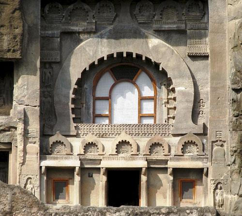 Ulaz u pećinu 9 koja potječe iz I. st. pr.Kr. Na ulaznom pročelju nalazi se veliki prozor s lukom u obliku potkove. Prilikom gradnje pećine najčešće bi se prvo izdubio upravo takav prozor koji bi u pećinu propuštao svjetlo, a tijekom gradnje služio za iznošenje iskopanog materijala.
