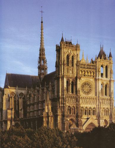 U katedrali Notre-Dame u Amiensu glavni brod, dramatične visine od čak 42 metra, izgrađen je u samo šesnaest godina.