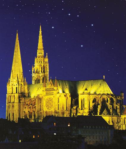Unatoč lošim preinakama, katedrala Notre-Dame u Chartresu najcjelovitija je sinteza gotičke umjetnosti i u povijesti arhitekture ubraja se među najljepša čovjekova djela. Izgrađena na brdašcu iznad pećine s izvorom koja je preoblikovana u kriptu. Dominira ne samo gradom, nego i cijelom okolinom. Iznutra je visoka 37 metara. Veličanstveni svod odolio je i požaru u XIX. stoljeću.