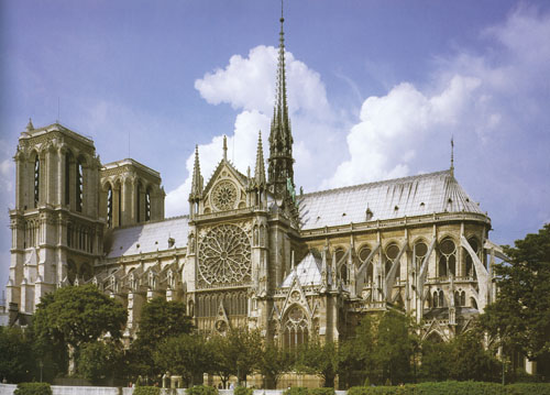 Ranogotička katedrala Notre-Dame u Parizu, visoka 34 metara, prva je monumentalna katedrala. Svojim tlocrtom sažetog križa, šesterodjelnim svodovima, vanjskim potpornim stupovima i velikim prozorima, postala je jedan od prototipova budućih gotičkih katedrala.