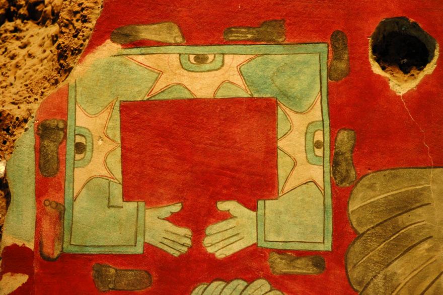 Tloque Nahuaque – Gospodar blizine i jedinstva, Onaj po kojemu se živi – jedinstveni je kozmički princip iz kojeg nastaju ostala božanstva i sve što postoji. Otisci stopala i ruku poput ovog prikaza iz Cacaxtle jedini su postojeći prikazi ovog božanstva. Antropološki muzej, Mexico City.