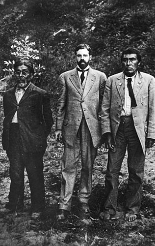 S lijeva na desno: Sam Batwi, dr. A. L. Kroeber i Ishi.