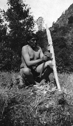 Ishi pri izradi luka. Yahi luk imao je vrhunska svojstva i jedan je od najboljih lovnih lukova. Dr. Saxton Pope, bliski Ishijev  prijatelj, strastveni streličar i lovac lukom i strijelom, ostavio nam je svjedočanstvo o tome u svojoj knjizi Lov lukom i strijelom - priča posljednjeg Yana Indijanca.