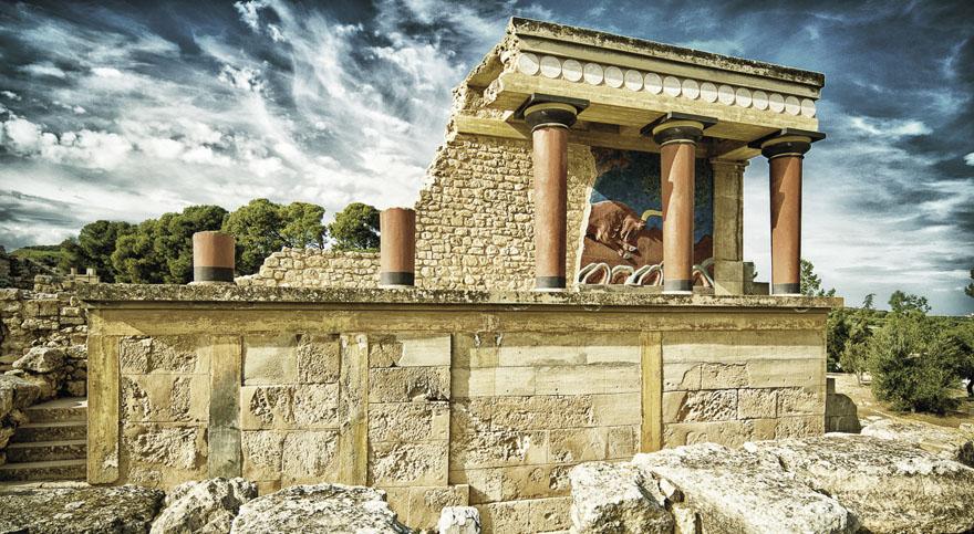 Kretski labirint Iako se pretpostavlja da je ovaj mitski labirint morao biti u sastavu ili u blizini kraljevske palače u Knossosu na Kreti, njegovi ostaci još nisu pronađeni. Oblik ovog sedmerostrukog labirinta poznajemo samo s kretskih kovanica. Njegovu izgradnju spominje mit o velikom antičkom graditelju Dedalu i njegovom sinu Ikaru.