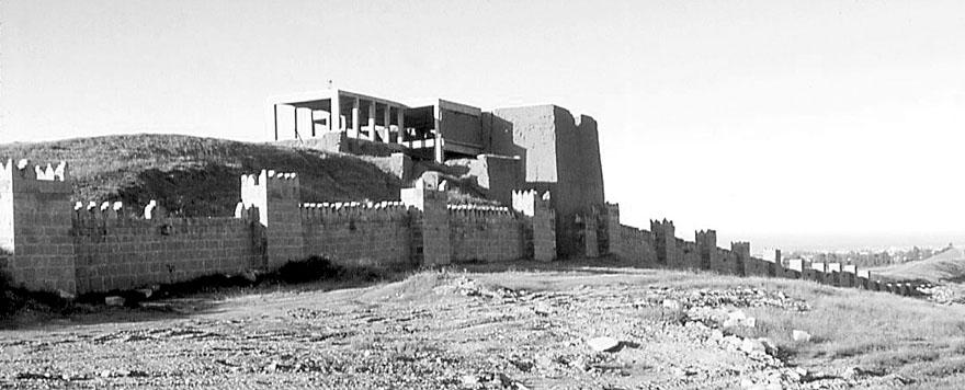 Pogled na ulazna vrata sa sjeverne strane. Posvećena su Adadu, božanstvu groma i vjetra. Rekonstrukcija nije dovršena, a veći dio postojećeg zida dio je originalne strukture.