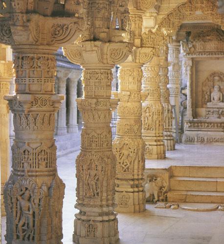 Džainistički hramovi Dilware u Rajastanu, potječu iz XI. do XIII. stoljeća i poznati su po predivno obrađenom bijelom mramoru. Džainizam se u Indiji razvija kad i budizam, u VI. st. pr.Kr., kao reakcija na iskrivljavanje izvornih učenja brahmanizma. Glavno obilježje džainizma je nastojanje za oslobođenjem od ciklusa rođenja i smrti putem prakticiranja vrlina, prvenstveno suosjećanja sa svim živim bićima i nepovređivanja drugih bića (ahimsa).