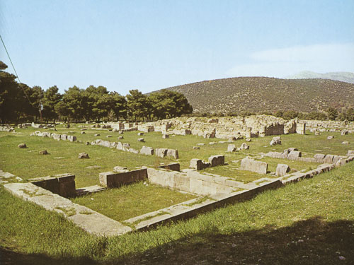 Palestra - Južno od Artemidinog hrama bila je palestra, natkrivena građevina u kojoj su atlete vježbali kada vrijeme nije dopuštalo vježbanje na otvorenom.