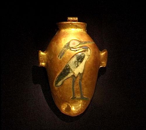 Obredna posuda u obliku srca, središta čovjekove svijesti. Na posudi je prikazan Benu, ptica Feniks, simbol uskrsnuća.