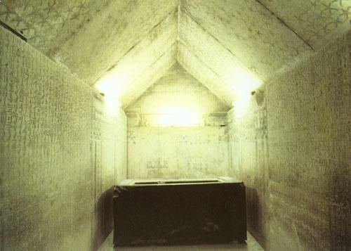 Unutrašnjost piramide faraona Unasa iz V. dinastije. Unasova je piramida najmanja od piramida iz razdoblja Stare države i nalazi se u Sakari neposredno uz tzv. stepenastu piramidu faraona Djosera. Iako je od nje ostala gomila kamenja, njena je unutrašnjost bila veliko iznenađenje za istraživače. Naime, 1881. godine Maspero je pronašao tamnoplavo obojene svodove hodnika, predsoblja i pogrebne odaje na kojima su bile oslikane žute zvijezde, a na zidovima predsoblja i u pogrebnoj odaji urezane magične formule. Unasova piramida je prva piramida u kojoj se javljaju ovi urezani tekstovi, kasnije nazvani Tekstovi piramida.