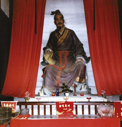 Li Ping (oko 309. – 240. g. pr.Kr.) je bio guverner pokrajine Sichuan i poznati inženjer svog vremena. Ukrotio je vode rijeke Minchiang osiguravši na taj način prehranu za pet milijuna ljudi. Nakon toga napravio je još sedam sličnih projekata. Zbog svojih poduhvata postao je legendarna ličnost te mu je podignut hram u Kuanhsianu, pored usjeka kroz planinsku kosu čijim je probijanjem rukovodio.