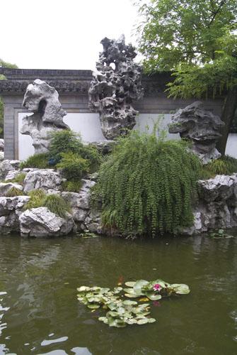 Vrt Yu Yuan u Šangaju podigao je u XVI. stoljeću umirovljeni službenik za svog starog oca. U vrtu se nalazi nekoliko čuvenih uspravnih stijena, uključujući i kamen po imenu Yulinglong (Sjajni žad). Navodno ga je u vrtu ostavio sakupljač kamenja kojeg je car Hui Tsung angažirao kako bi prikupio stijene za njegov carski vrt Gen Yue.