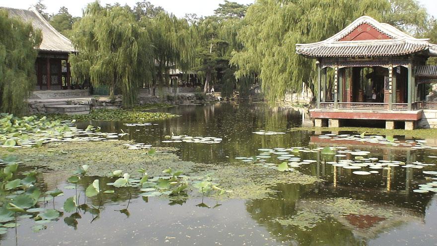 """Najglasovitiji kineski vrtovi nalaze se u gradu Suzhou gdje tradicija vrtne umjetnosti kontinuirano traje već više od tisuću i pol godina. U Suzhou je, u njegovo zlatno doba, postojalo više od dvjesto vrtova, a do danas ih se sačuvalo sedamdesetak. Jedan od najljepših je Vrt skromnog upravitelja, koji je dobio ime prema stihovima jedne stare pjesme: """"Zalijevanje vrta i prodaja povrća spadaju u dužnosti skromnog upravitelja."""" Vrt je podignut za pjesnika Lu Guimoua, a tijekom vremena više je puta preuređivan. Današnji izgled vrt je dobio u vrijeme dinastije Ming i smatra se jednim od najreprezentativnijih vrtova toga razdoblja."""