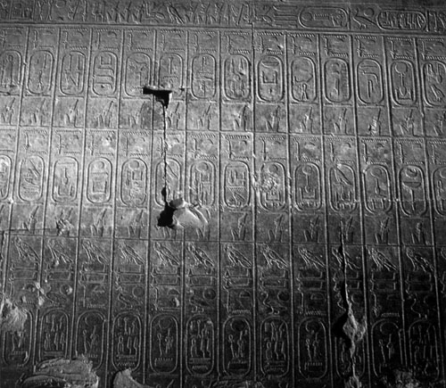 Kraljevska lista iz Abidosa, urezana na zidovima hrama Setija I. (1309.-1291. g.pr.Kr.) u Abidosu ustvari je prikaz kralja Setija i njegovog sina Ramzesa II. kako prinose žrtve sedamdesetšestorici prethodnih vladara, koji su predstavljeni imenima zatvorenim u kartuše. Kraljica Hatšepsut i kraljevi iz heretičkog razdoblja su izostavljeni, tako da lista nakon Amenhotepa III. navodi Horemheba, izostavljajući i Amenhotepova ozloglašenog sina Akhenatona.
