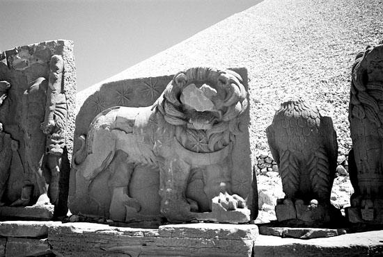Reljef Astralnog Lava u Nemrut Dağı predstavlja zviježđe Lava. Na lavljim grudima prikazan je polumjesec; planeti Jupiter, Merkur i Mars su predstavljeni iznad leđa lava (natpisi ih identificiraju kao takve). Po lavljem tijelu i oko njega opisano je 19 zvijezda. Smatra se da je velika zvijezda na lavljim grudima Regulus. Neugebauer je identificirao ovaj reljef kao horoskop za 7. srpnja 62. ili 61. g. pr.Kr. - bilo kao dan krunidbe Antiohija I., ili dan osnivanja Nemruta. Ovo je najstariji poznati horoskop na svijetu.