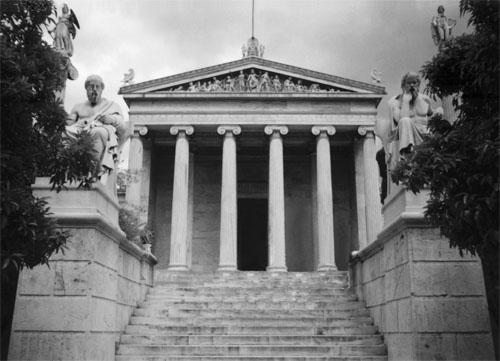 Suvremena atenska Akademija - zgrada je podignuta 1887. godine u neoklasicističkom stilu. Ispred ulaza su statue Sokrata i Platona.