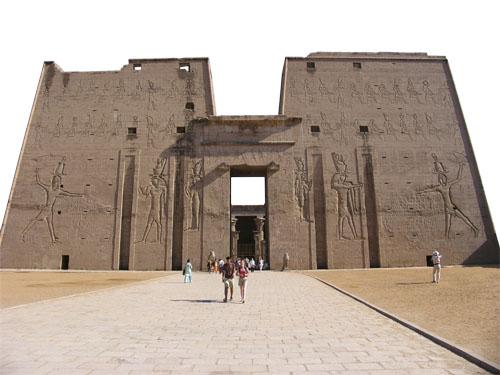Pročelje hrama božanskog sokola ili Horusova hrama u Edfuu. Najočuvaniji je od svih egipatskih hramova i predstavlja najveći cjeloviti hram antičkog svijeta. Bio je gotovo potpuno zatrpan do XIX. stoljeća, kada je ponovno otkriven. Duljine je 137 metara, širine 79, a visine 36 metara. Njegova gradnja započela je u ptolemejsko doba, a završena 57. g.pr.Kr. Sagrađen je na ruševinama jednog starijeg hrama iz doba Tutmozisa III. Cijeli hram je zamišljen kao polegnuti obelisk. Tlo hrama se izdiže prema svetištu, strop se neopaženo spušta, zidovi se približavaju, a dvorane se sužavaju. Zahvaljujući njegovoj očuvanosti, u njemu se može doživjeti osjećaj prostora koji  su imali egipatski hramovi.