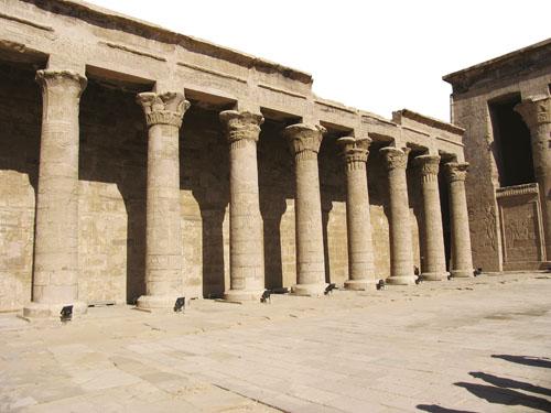 Otvoreno dvorište Horusova hrama u Edfuu.