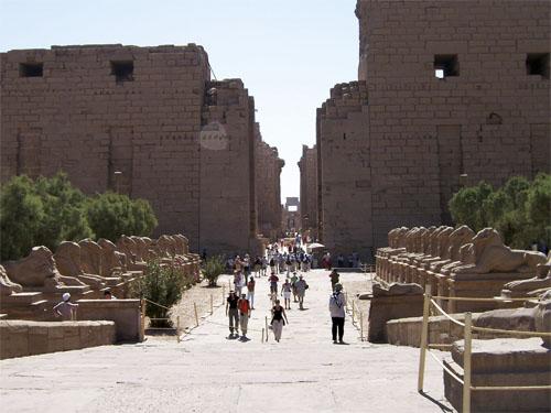"""Aleja od 40 ovnova ispred pročelja velikog Amonovog hrama u Karnaku. Ispred ove aleje nekada se nalazio """"stari mol"""", bazen za obredne barke od kojih je jedna bila duga 30 metara. Bazen je bio kanalom povezan s Nilom."""