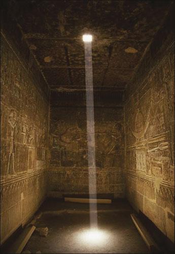 Kapela boga Nefertuma u Ptahovu hramu koji se nalazi u hramskom kompleksu u Karnaku. Kroz otvor na stropu ulazi snop Sunčeve svjetlosti.