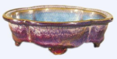 Porculanska plitica u obliku begonije. Unutrašnja strana je nebesko plava, a vanjska ružino purpurna. Posuda se koristila u carskoj palači za vladavine Wei Zonga, krajem dinastije sjeverni Sung.