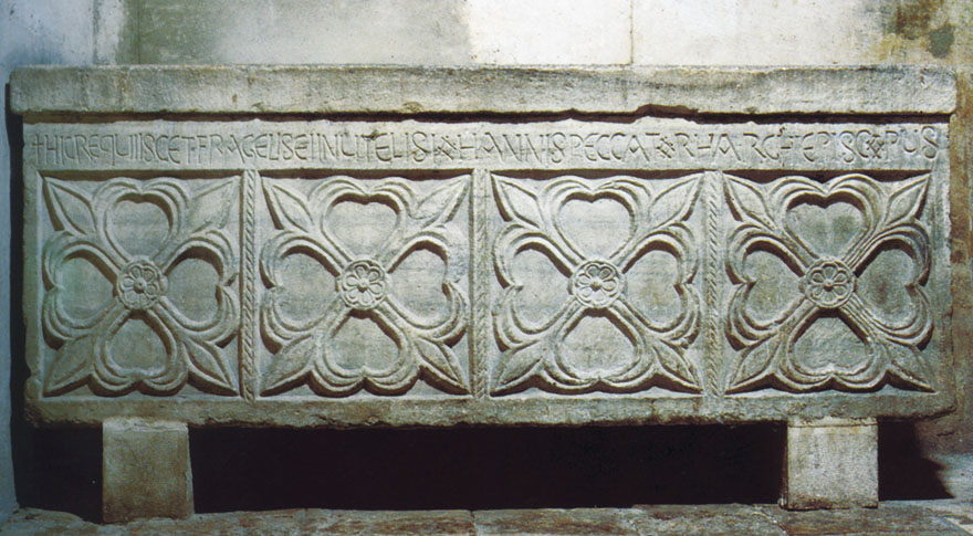 """Sarkofag Ivana Ravenjanina koji se nalazi u krstionici splitske katedrale. Ivanov epitaf glasi: """"Ovdje počiva krhki i beskorisni grješnik Ivan nadbiskup."""""""