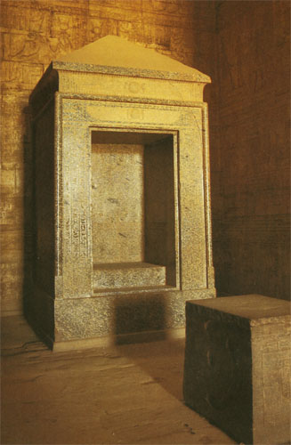 Svetište Horusova hrama u Edfuu. U prvom planu je postolje za obrednu barku, a iza njega se nalazi veliki kameni tabernakul u čijoj se niši nalazio kip božanstva.