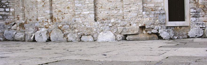 Ostaci antičkih stupova ugrađeni su u temelje Crkve sv. Donata.