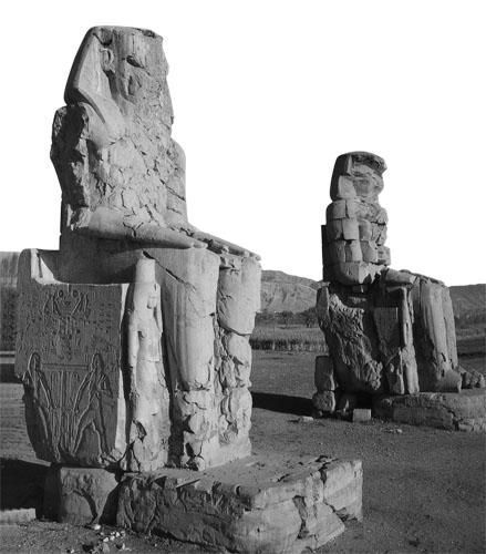 Memnonovi kolosi. Simbol Hapija nalazi se na prijestoljima.
