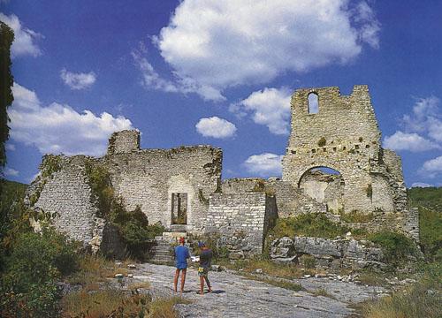 Interijer crkve bio je bogato urešen, između ostalog i freskama. Izblijedjeli ostaci pripadaju najstarijem srednjovjekovnom zidnom slikarstvu Istre.