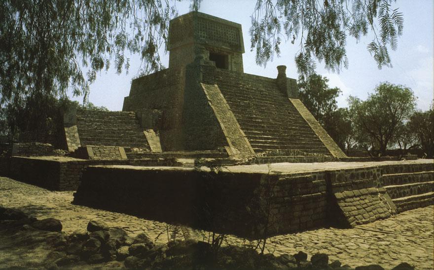 Arhitektura Piramide drevnog Meksika karakterizira dvostruko stepenište i gradnja zadnjeg, gotovo uspravnog sloja. Hram Acatitlan na slici jedan je od rijetkih sačuvanih astečkih hramova.